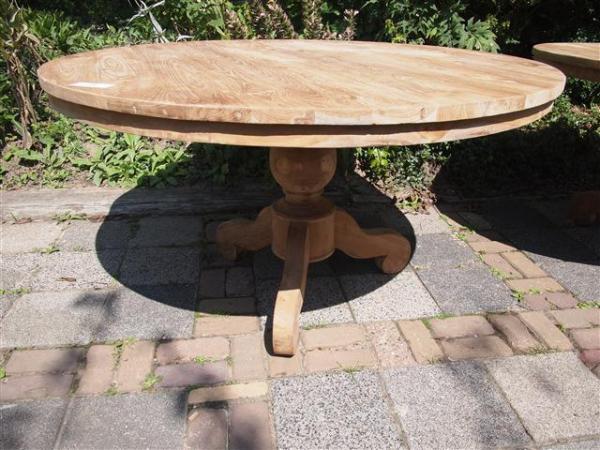 Ronde teak tafel met kolompoot teakmeubelen.com